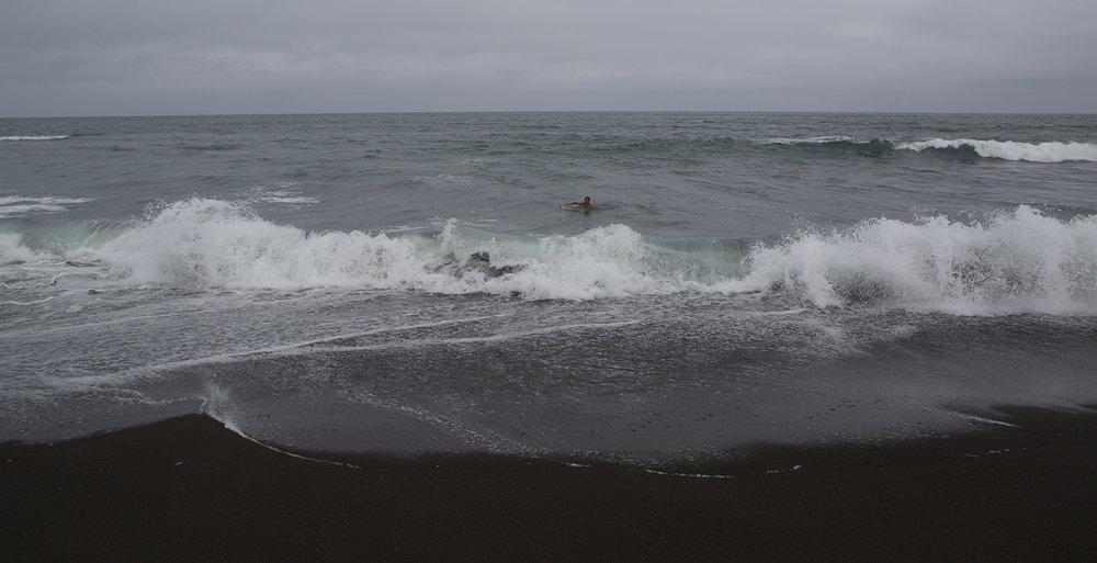 Eine Erfrischung im rauen Pazifik bei 10C   Wassertemperatur.