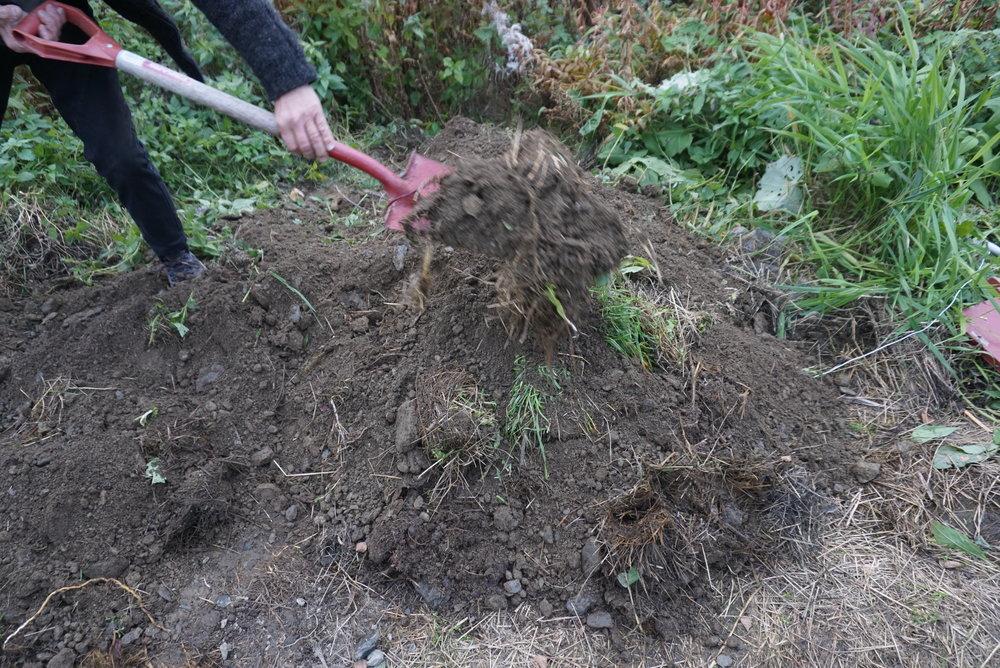 Både grop og grøft ble dekket med et godt lag jord