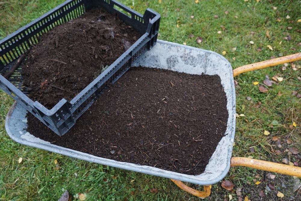 Etter å ha kjørt orejorden hjem, soldes den og fylles i plastsekker for bruk til våren.