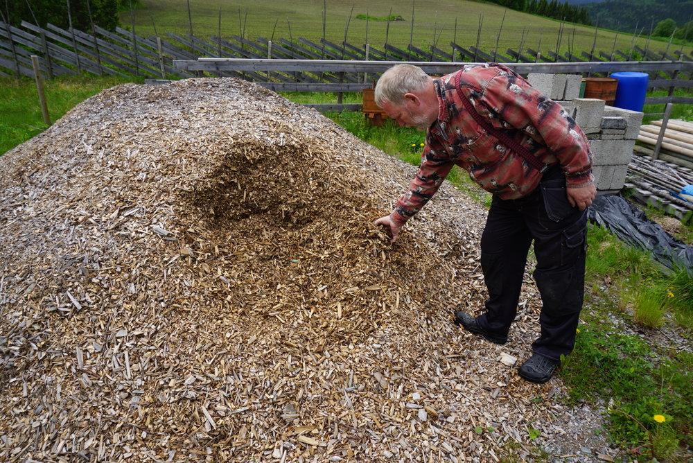 """Grov fliskutt fra hage og jordekanter er svært godt egnet til kullproduksjon i en """"tønne-mile""""."""