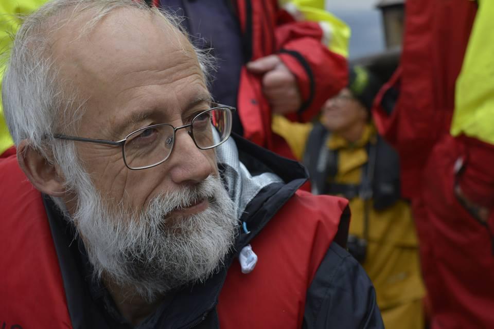 Havforskeren med redningsvest på tokt i sitt opprinnelige fag. Med litt justering på bokstavene kler han i dag tittelen Hageforsker bedre en noen.
