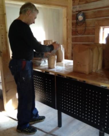 I det gamle stabburet males, veies og pakkes alt mel som går ut fra gården.