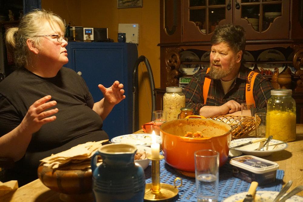 Praktisk erfaring og teoretisk kunnskap veves engasjert sammen i hverdagen og ved kjøkkenbordet.