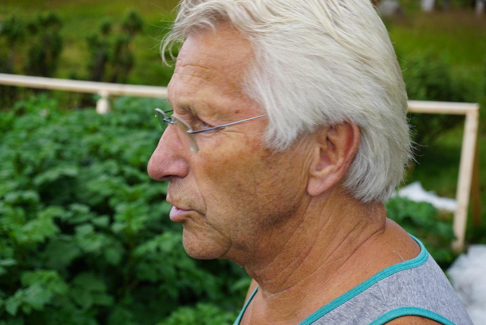 Johan Fredrik Arntzen tenker at vi en gang i fremtiden kan få nytte av muligheten hytta i fjellet gir for dyrking.
