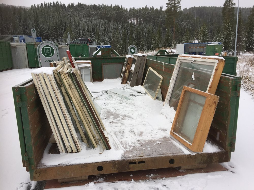 Avfallsplasser samler inn store mengder vinduer hvert år. Ikke så mye å velge i akkurat her, men ofte er det store mengder og mye å velge i for en kreativ veksthusbygger.