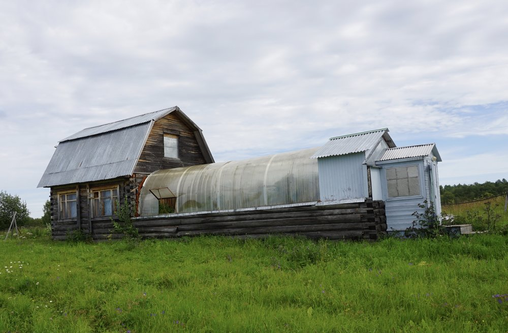 I et kloster i Arkhangelsk dukket denne kombinsajonen opp. Mulig at sammenbyggingen av hus og veksthus har noen fordeler i visse deler av året.