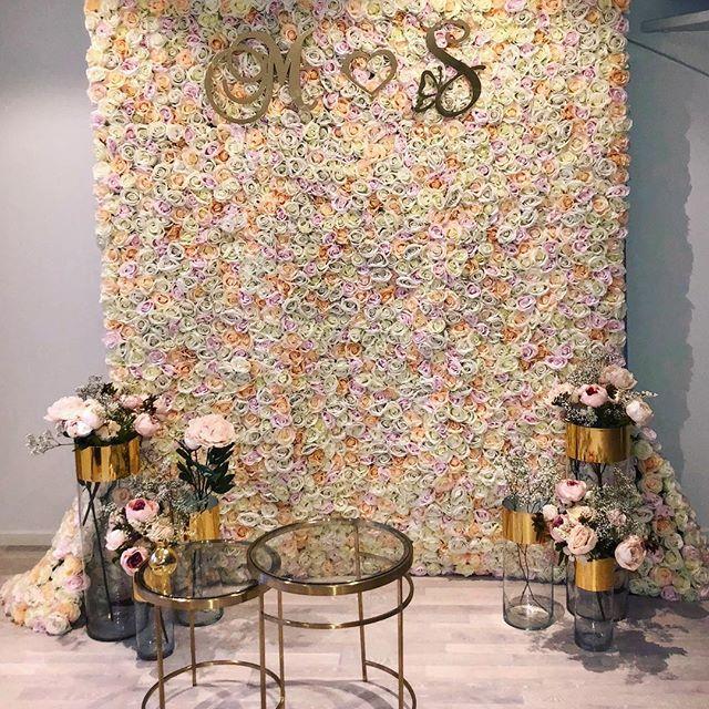 Denna setup kommer från ett bröllop i helgen 😍. Tydligen går det att göra våra Flower Walls ännu finare!