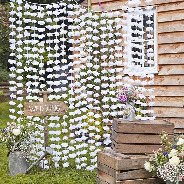Skapa en inbjudande fotohörna med våra nya enklare backdrops: vita blommor eller guld ✨