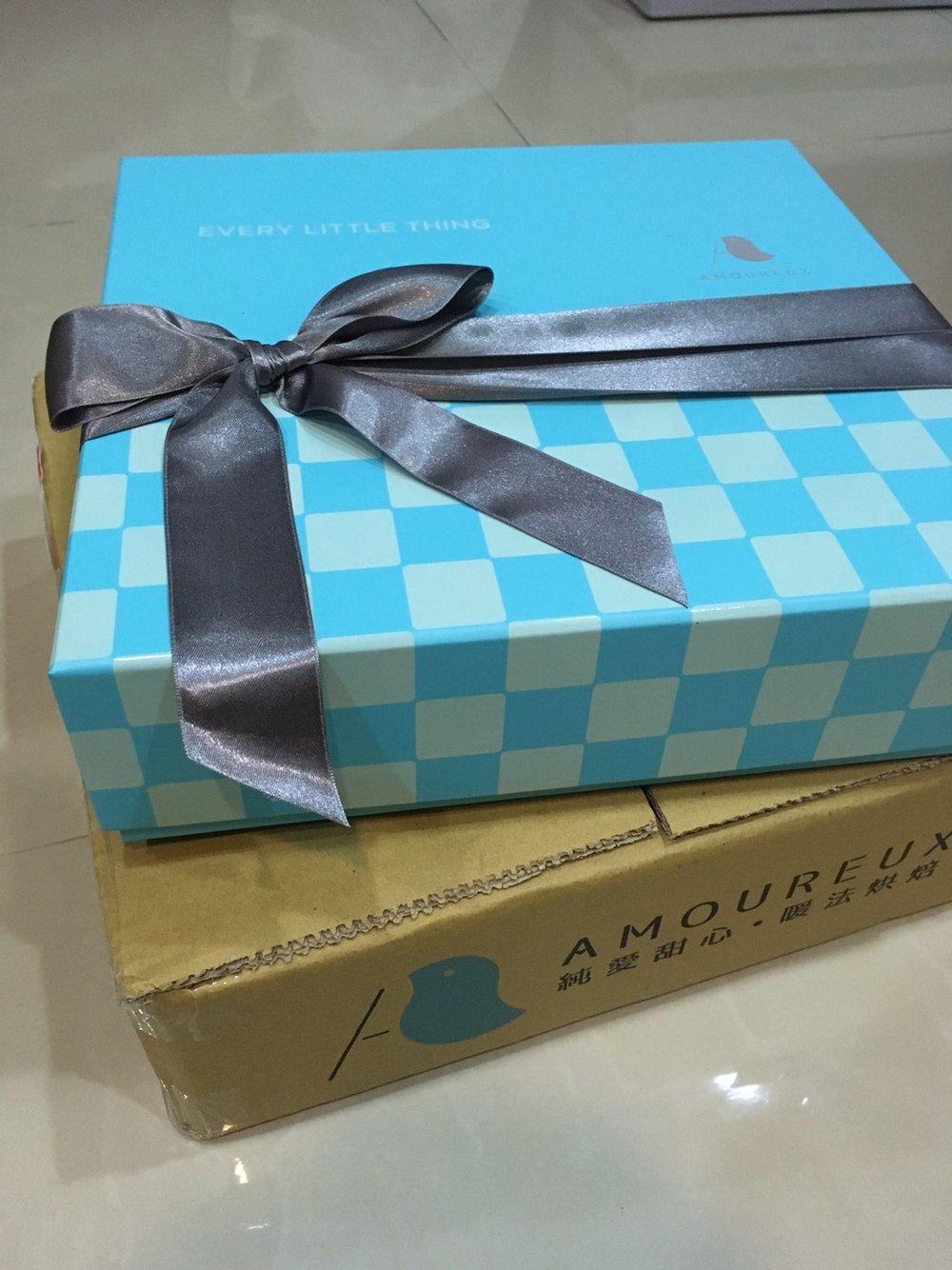 熱騰騰剛寄到家,日向青系列有2種盒型、3種緞帶(米白、銀灰、粉藍)可選,連提袋提繩也能相呼應搭配。