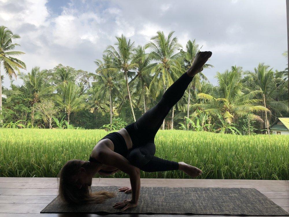 AUDREY - De nature sportive, originaire de Genève, passionnée de sport en général et pratiquent pendant 14 ans de la gymnastique Agrès ainsi que du golf pour lequel elle joue dans les cadres régionaux. Elle débute dans le monde de l'hôtellerie, un monde dur et intransigeant, qui en réalité se révèle ne pas être ce à quoi elle aspire. Ce fut pour elle une période difficile de doute et de questionnement. Pratiquant déjà un peu de yoga, c'est à ce moment qu'elle réalise tous les bénéfices que cette pratique peut apporter. Pour elle, en plus du bien-être corporel, le yoga apporte compréhension de soi, de son monde intérieur comme du monde extérieur, apprend le lâcher prise et l'acceptation.