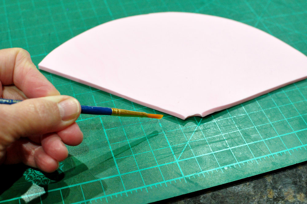 With a small paintbrush, apply some sugar glue along the two edges of the hat (Tylose/water mix - works better than just water in this project).