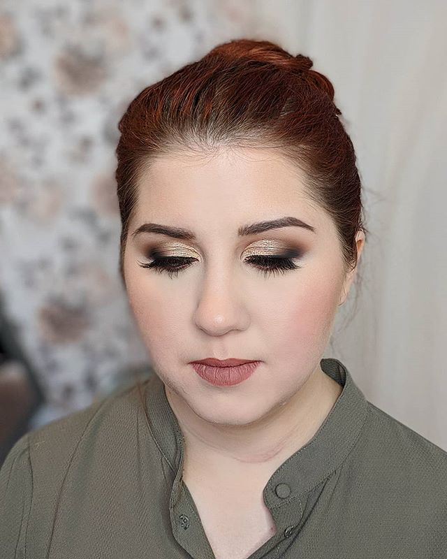 Gold bridal glam with the @shopvioletvoss LIKE A BOSS palette. This palette is such a amazing palette for anyone who loves warm browns and golden tones. It's a must for my kit!! I love it so much. The amount of colors you get and the color pay off Is INSANE. They blend like a dream!! Happy Sunday glamfam!!! Ask in the comments for product list👇  #yegmakeup #yegmakeupartist #yegmua #yycmakeupartist #yycmakeup #banffmakeupartist #jaspermua #travelmua #bridaltrial #bridalglam #violetvoss #glamfam