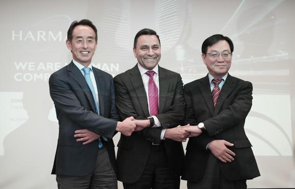 Samsung Electronics Chief Strategy Officer Young Sohn, left, was behind the conglomerate's $8 billion purchase of U.S. automotive and audio electronics company Harman International in 2016. (Courtesy of Samsung)