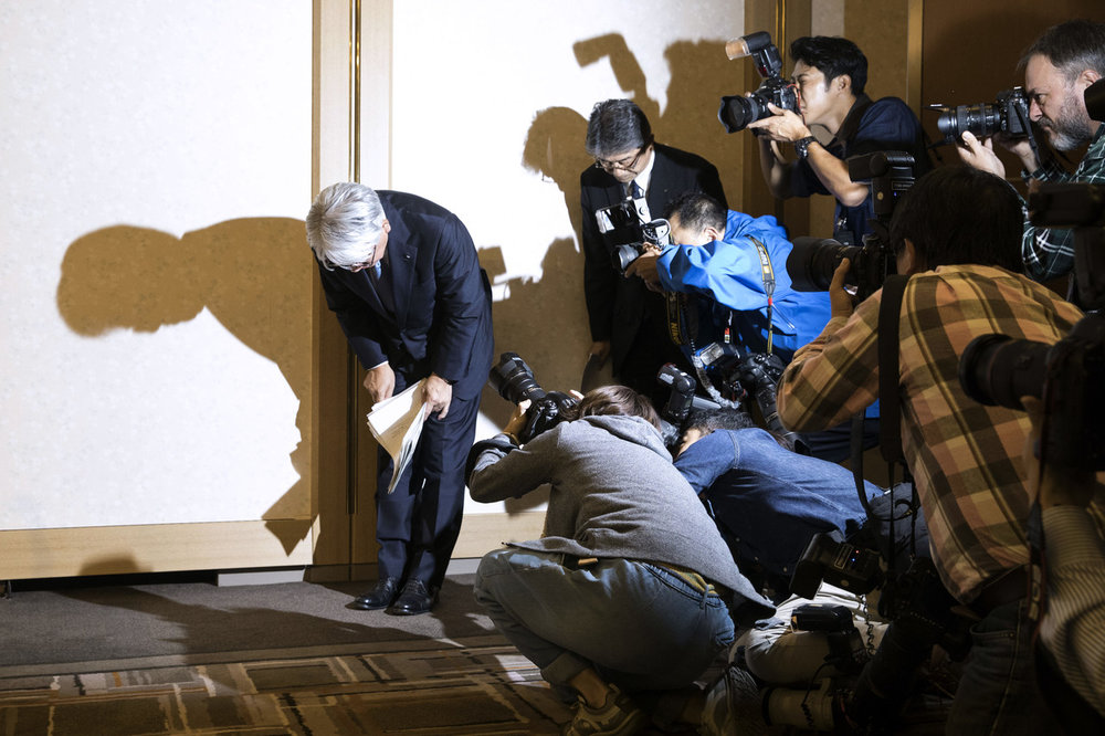 Hiroya Kawasaki, CEO of Kobe Steel, bowed as he left a news conference in Tokyo in October.