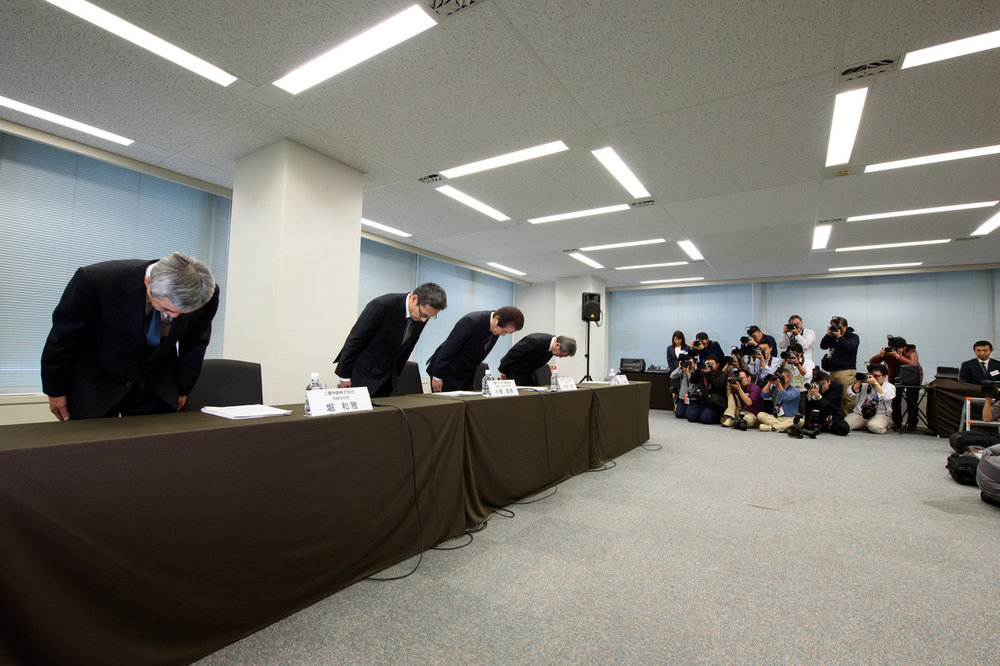 Mitsubishi Materials President Akira Takeuchi, third from left, bowed at the beginning of a news conference in November after the company admitted a subsidiary falsified quality data.