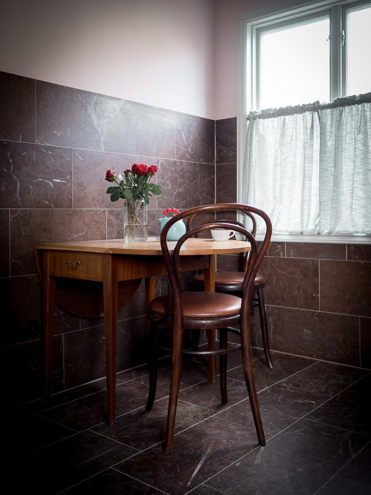 Väggar och golv i röd kalksten med vita ådror