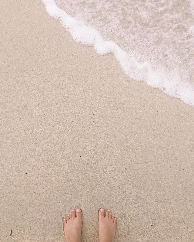 Feeling deeply grateful on this #alohafriday to again, be living so close to the ocean. I love everything about it — the smell, the immensity, the rush it gives me when my feet first meet it.  _ What is it about YOUR city, town or island that you love/feel grateful for? Share it with me in the comments!!