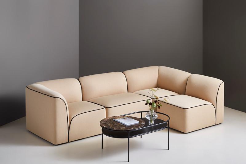 Flora sofa designet av Yonoh | Verde bord designet av Rikke Frost