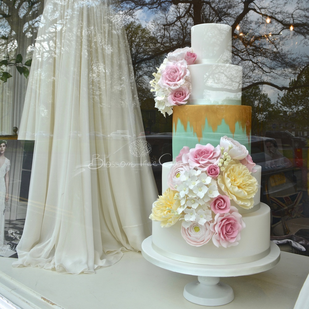 A cake to compliment the very best in bridal fashion...