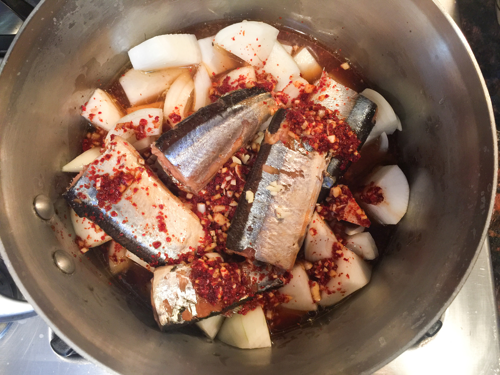 Braised daikon with saury in pot