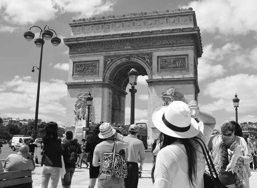 arc de triomphe black and white