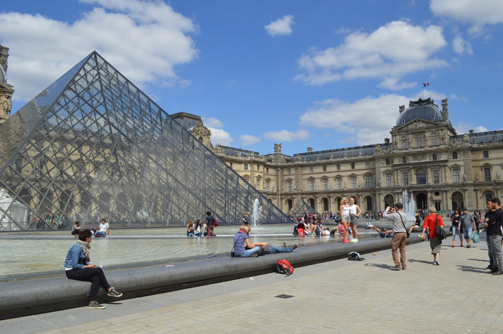 The Louvre and glass pyramid in Paris, France - this article lists 10 amazing things you must not miss in Paris! Have you planned your trip yet? / goseekexplore.com