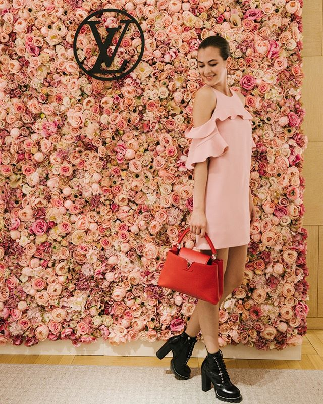 You may have seen our stories from a couple weeks ago that we made a logo sign for @louisvuitton. I got the photos back and loooovee the way this matte black sign looks on one of @nicolfloraldesign's gorgeous walls! 🌸 Photo by @mmadalynne
