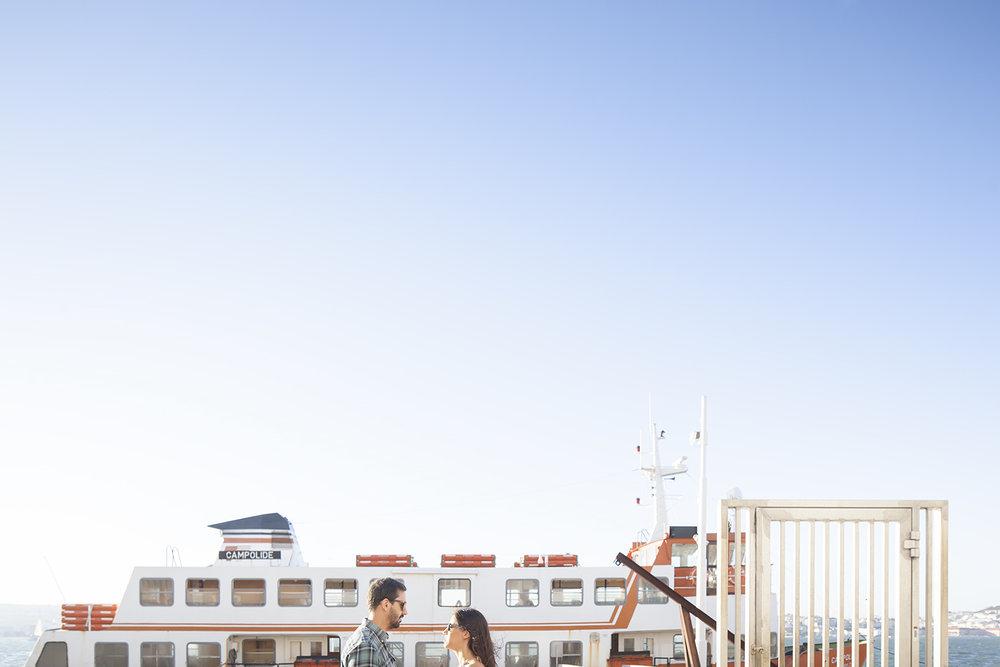 sessao-fotografica-casal-cais-ginjal-terra-fotografia-02.jpg