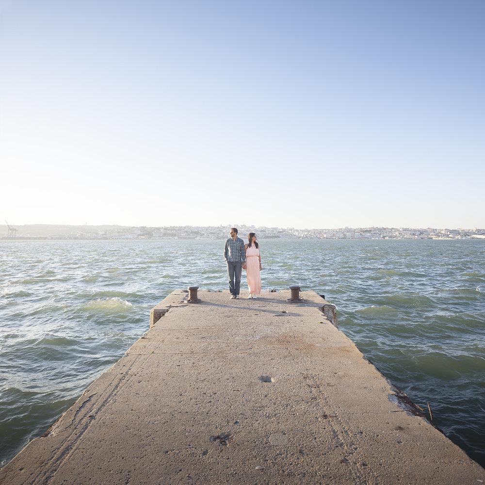 sessao-fotografica-casal-cais-ginjal-terra-fotografia-17.jpg