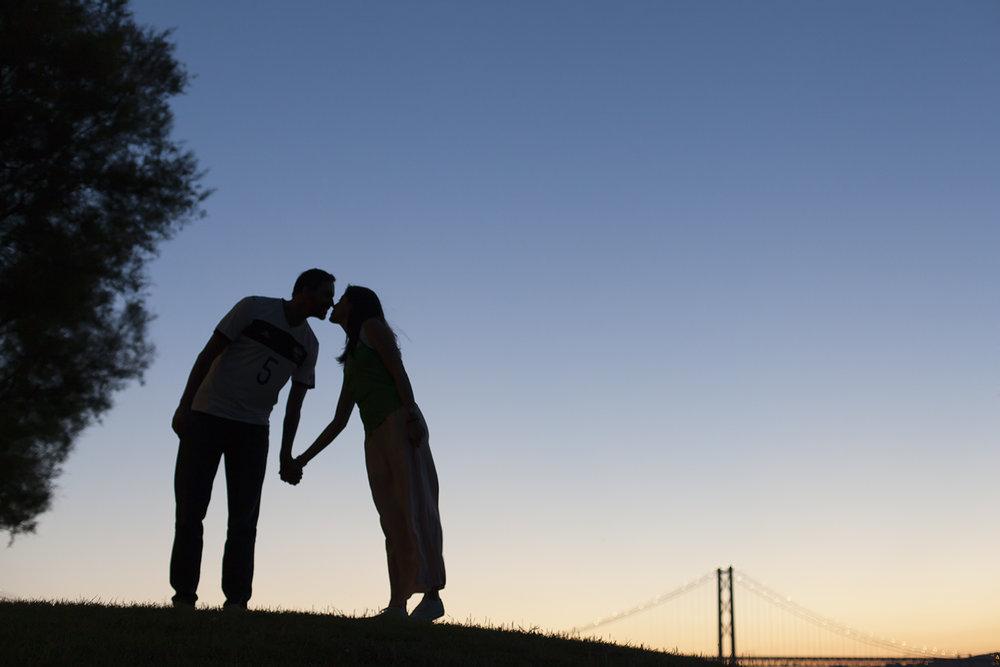 sessao-fotografica-casal-cais-ginjal-terra-fotografia-50.jpg