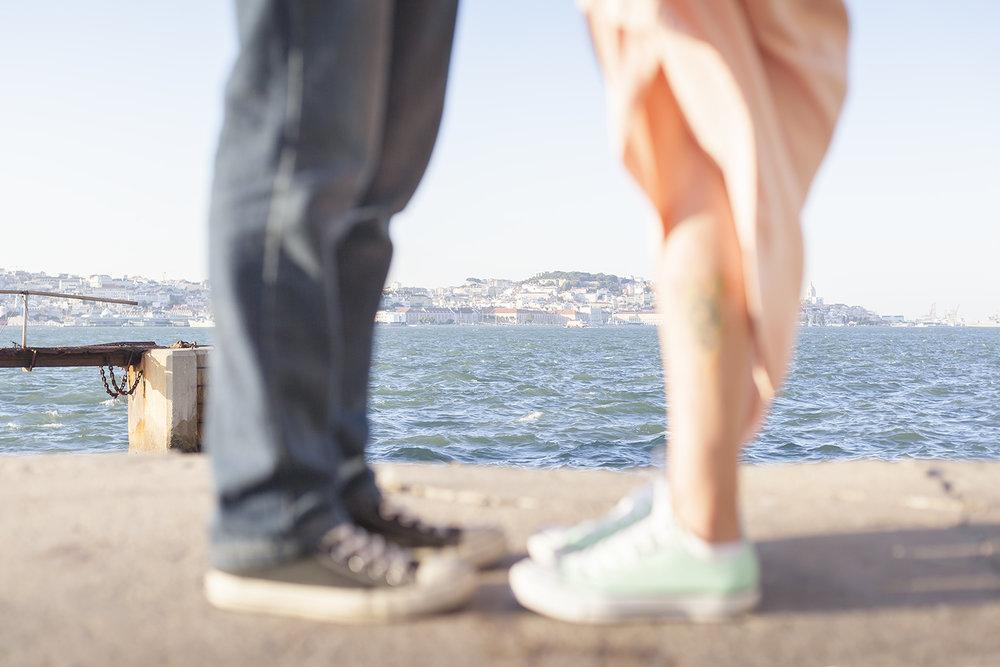 sessao-fotografica-casal-cais-ginjal-terra-fotografia-15.jpg