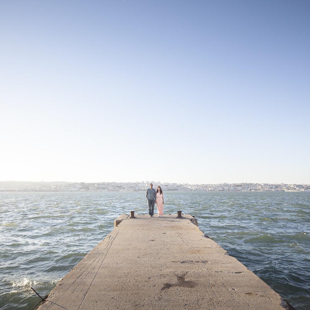 sessao-fotografica-casal-cais-ginjal-terra-fotografia-16.jpg