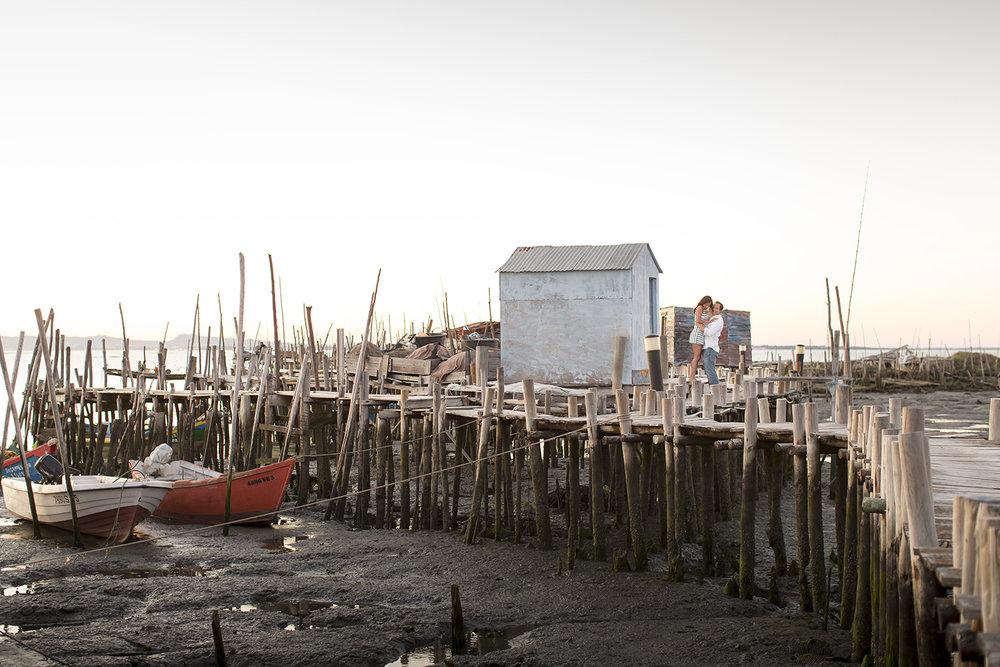 sessao-fotografica-casal-cais-palafitico-carrasqueira-comporta-terra-fotografia-34.jpg