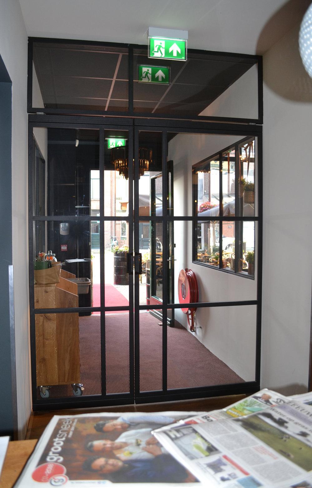 Kat Koree Architecten verbouw renovatie voormalige Wijnberg Sneek Markt 23 Restaurant Markt23  stalen pui entree