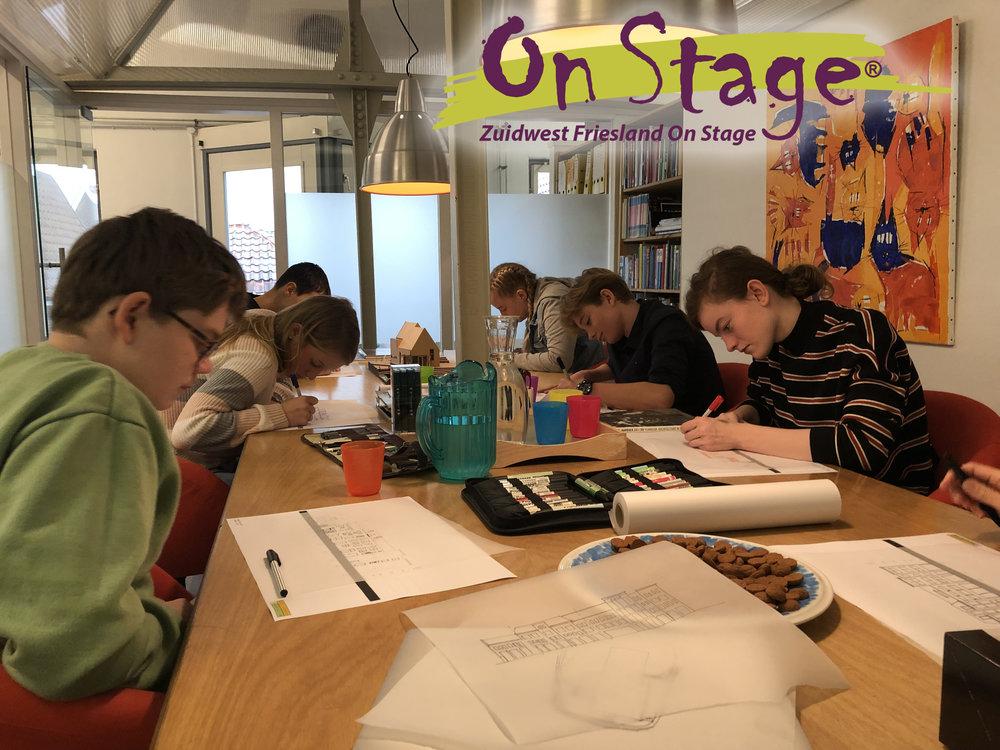 VMBO-leerlingen op bezoek tijdens Doedag On Stage! - [29-11-2018] Vandaag ontvingen wij derdeklasleerlingen van de VMBO-scholen uit Zuidwest Friesland voor een Doedag. Zij hadden zich tijdens het beroepenfeest op 6 november ingeschreven om een kijkje te nemen op ons kantoor. Dit met als doel in het vierde jaar een goede keus in vervolgstudie te kunnen maken. Na een korte presentatie gingen de leerlingen aan de slag met het ontwerpen van een gevel. Het was een inspirerende dag!