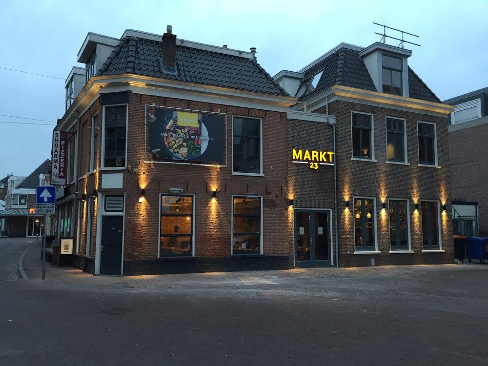 Markt23 nu ook toegankelijk vanaf Kleine Kerkstraat - [28-11-2018] De verbouwing van voormalig Hotel de Wijnberg vordert gestaag. Op de begane grond is het restaurant doorgetrokken tot de Kleine Kerkstraat. Op de verdieping is een zaal toegevoegd. De voormalige bar, in de volksmond ook wel bekend als 'de Pindabar', is gesloopt en heeft plaatsgemaakt voor nieuwbouw welke aansluit bij de omgeving. [lees verder…]