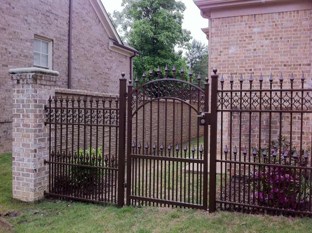 4x6 gate w-inserts and dog pickets.JPG
