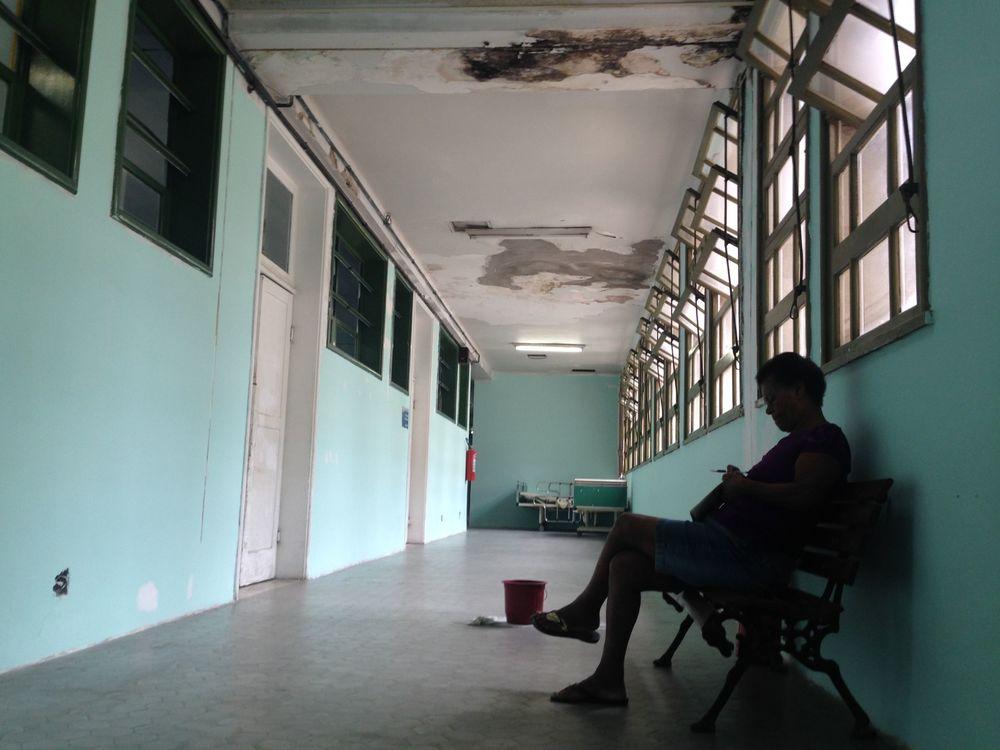 paciente aguarda em local com goteira no hospital pedro ernesto