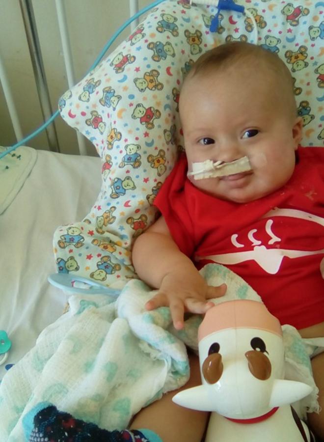 Artur já sorrindo no pós-operatório do Instituto de Cardiologia do Distrito federal (Imagem: arquivo pessoal)