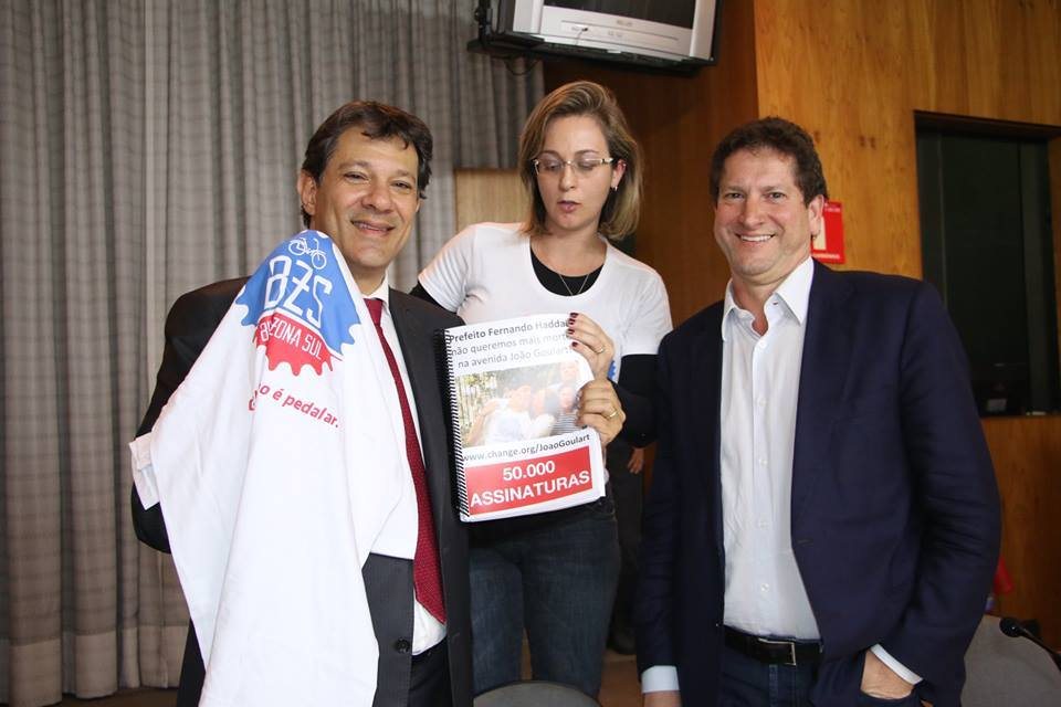 Carla Moraes entrega o abaixo-assinado nas mãos do prefeito fernando haddad. (imagem: bike zona sul)