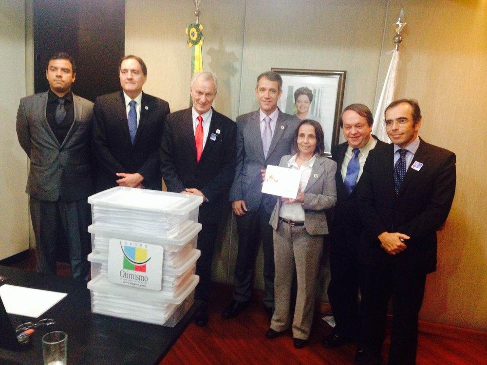 Sandra e o colega Carlos Varaldo, do grupo Otimismo, entregam o abaixo-assinado ao ministro da Saúde. (foto: Arquivo pessoal)