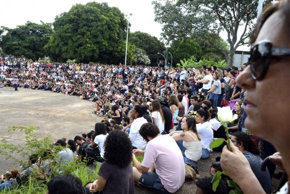 Estudantes fazem ato contra a violência no teatro de arena da UnB