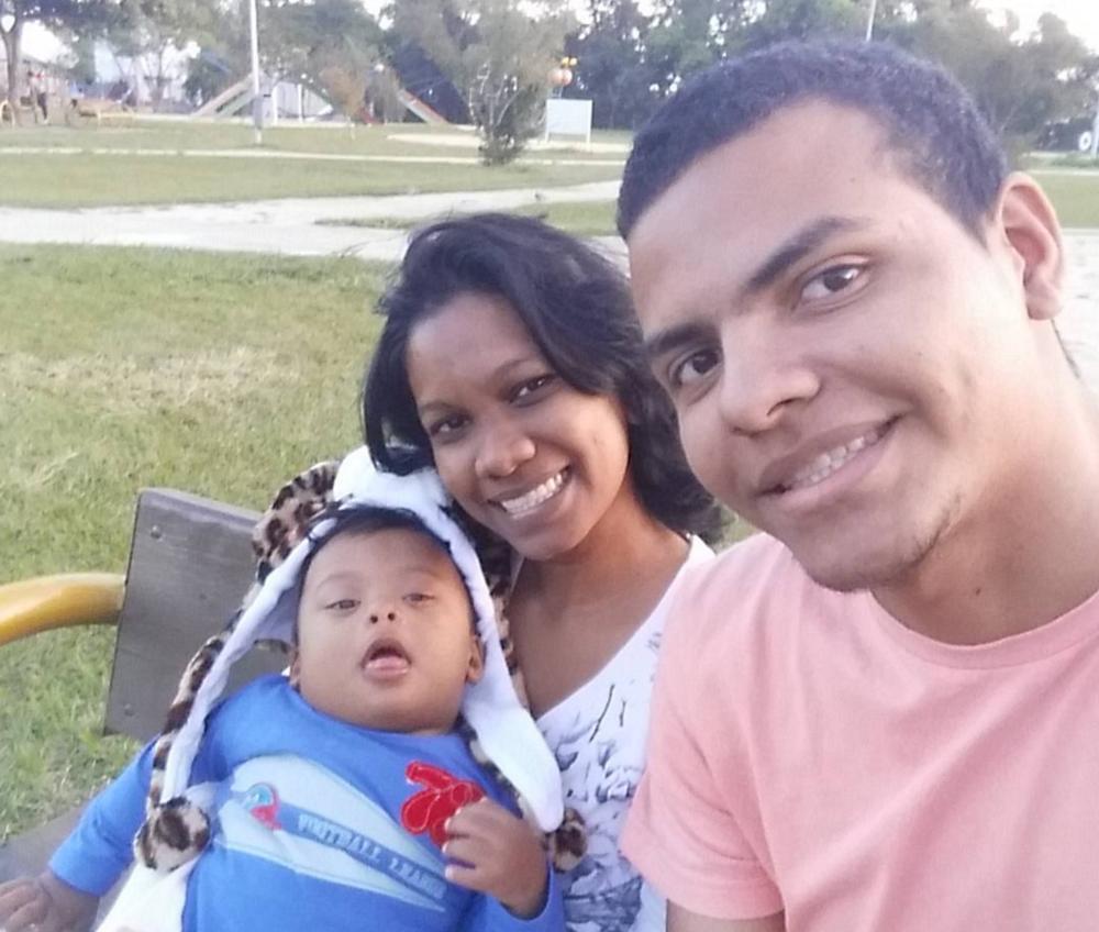 o pequeno benyamin luiz passeia no parque COM A MÃE, GABRIELA pereira, E O PAI, MOISÉS santos (IMAGEM: ACERVO FAMILIAR)