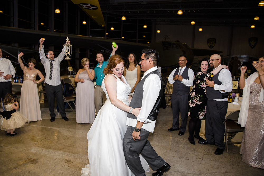 last dance, dance circle, fun wedding reception, dramatic wedding reception