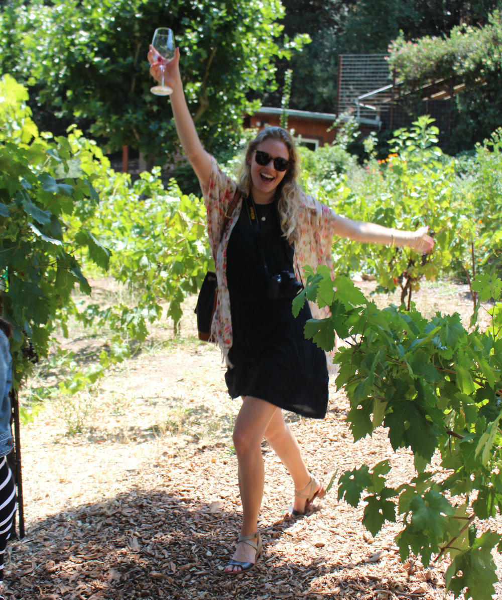 happy-guest-wine-tasting-in-the-vineyard