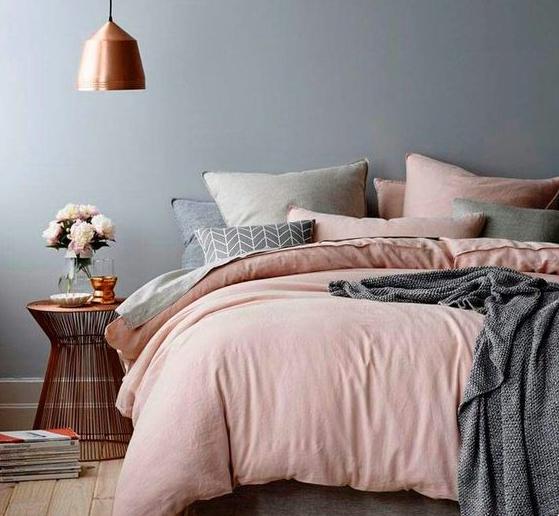 SOI55_LIFESTYLE_pinkgoldgrey_bedroom_colour_style