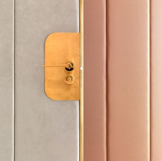 SOI55_LIFESTYLE_pinkgoldgrey_door