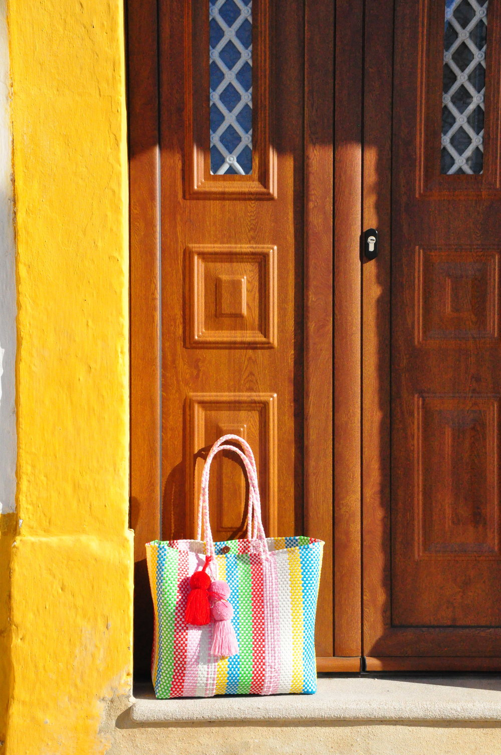 Yellow walls and recycled plastic Beatriz tote bag | A  day in Tavira  | Algarve, Portugal | Soi 55 Travels