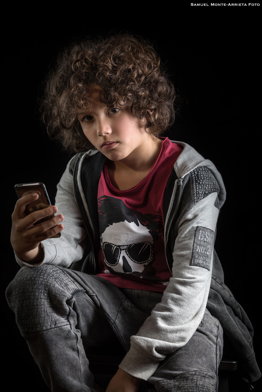 Mateo posando con su Ipod como si la cosa no fuera con él.