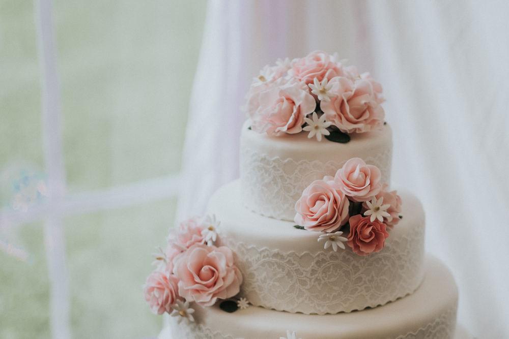 Cheshire-wedding-photography-unposed-documentary-reportage-wedding-cake